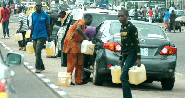 FUELS-HAWKER-IN-LAGOS-620x330