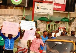Oko-oba residents protest epileptic power supply