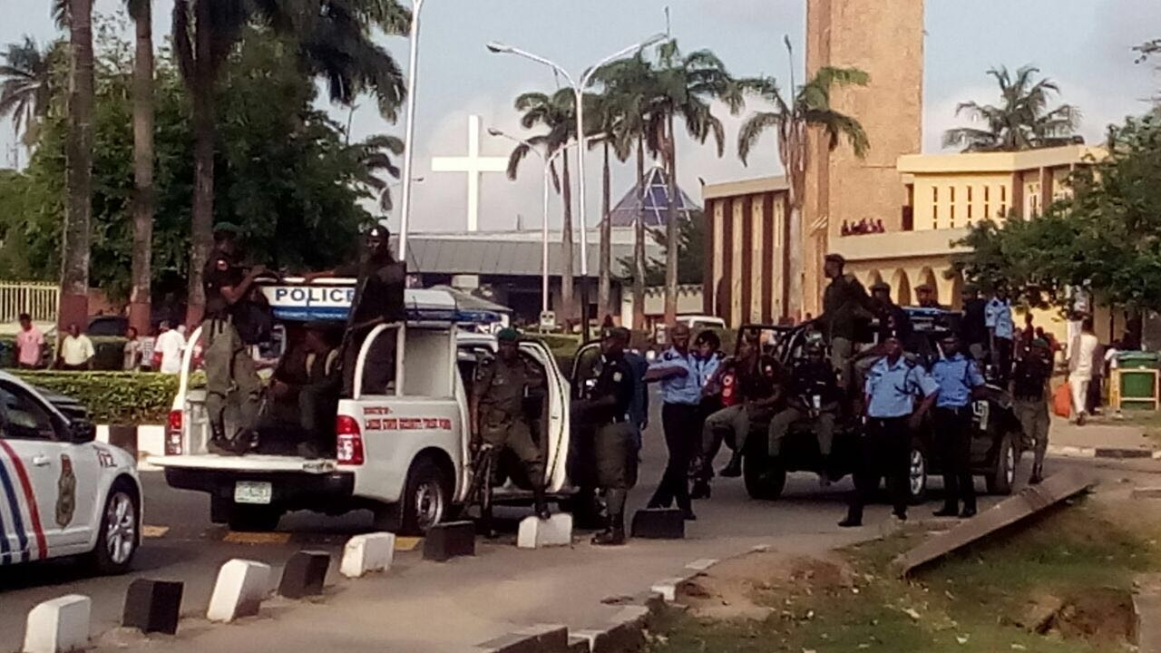 policemen armed to the teeth, enforce shutdown of Unilag